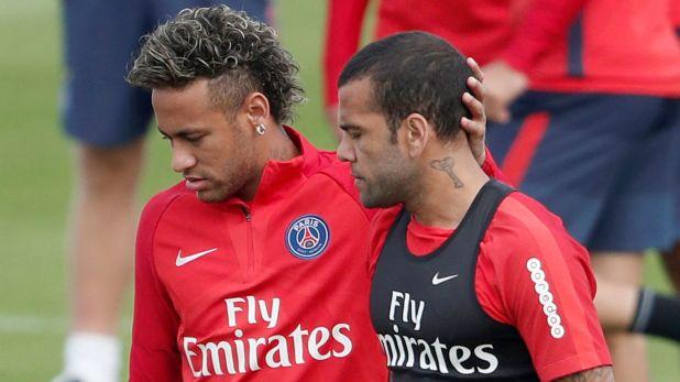 Dani Alves consideró que Neymar debe tomar un rol más protagónico tanto dentro como fuera del campo (Reuters)