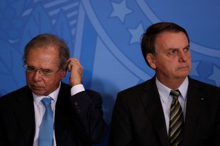Foto de archivo. El ministro de Economía de Brasil, Paulo Guedes (izquierda), acompaña al presidente Jair Bolsonaro en un acto en el Palacio de Planalto en Brasilia. 11 de noviembre 2019. REUTERS/Ueslei Marcelino