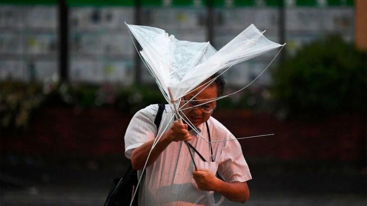 Las autoridades están en alerta máxima ante la llegada del tifón (Photo by Charly TRIBALLEAU / AFP)