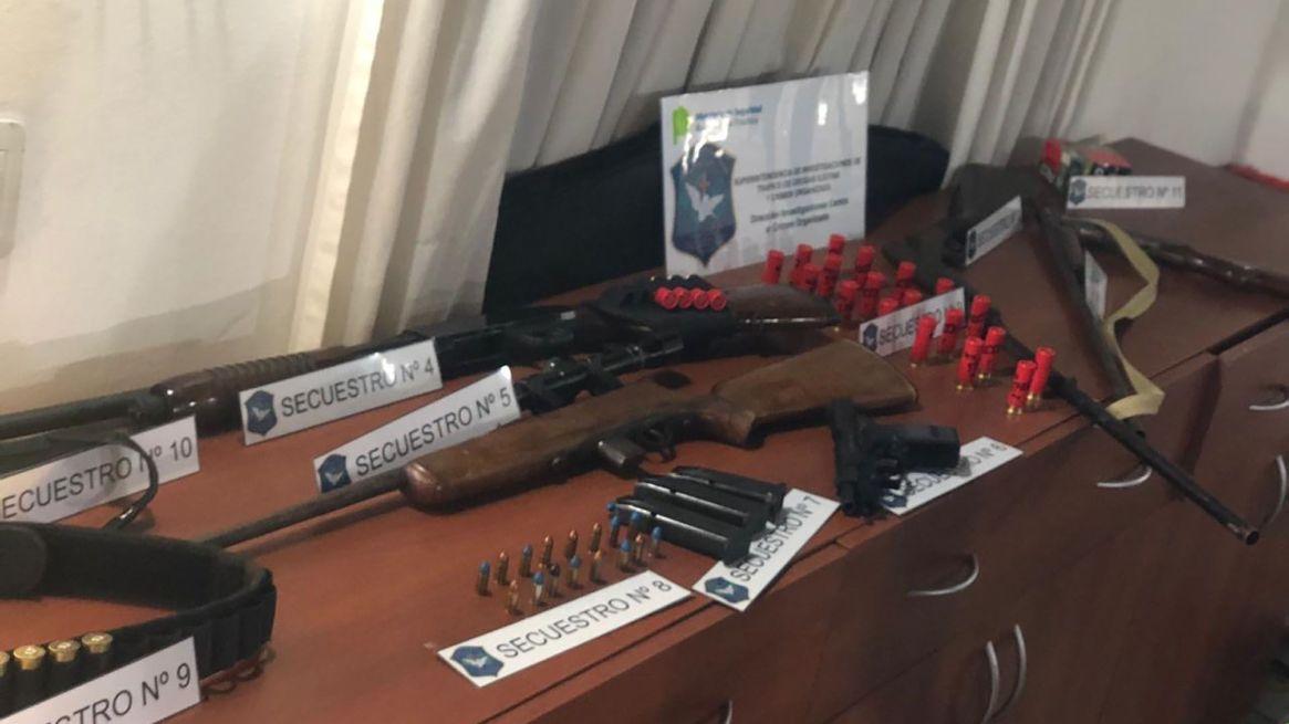Además se secuestraron armas y munición
