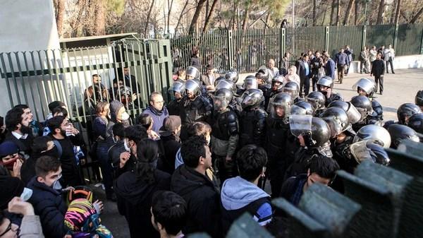 Estudiantes de la Universidad de Teherán son bloqueados por la policía (AFP)