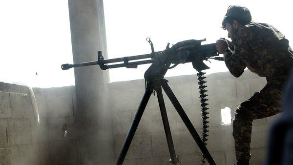 Las milicias árabes y kurdas del FDS combaten en las calles de Raqqa (AFP)