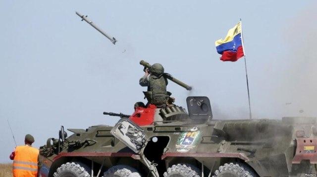 Equipo ruso: un soldado venezolano dispara un Igla-S a bordo de una transporte blindado BTR 80A