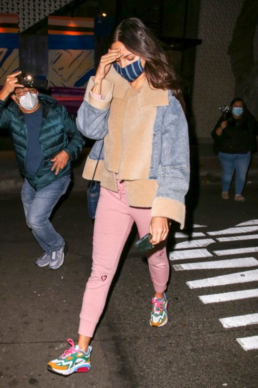 She tried to go unnoticed.  Eiza Gonzalez sought to evade the press while walking through West Hollywood, California, when she saw that there were photographers.  The Mexican actress wore a pink jogging suit, a jean jacket with brown leather details, and colored sneakers.  And at all times he wore his mask