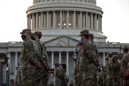 Miembros de la Guardia Nacional se reúnen en el Capitolio de los EEUU el 12 de enero de 2021 cuando la Cámara de Representantes se prepara para votar una resolución que exige que el Vicepresidente Pence destituya al Presidente Trump de su cargo (REUTERS/Erin Scott)