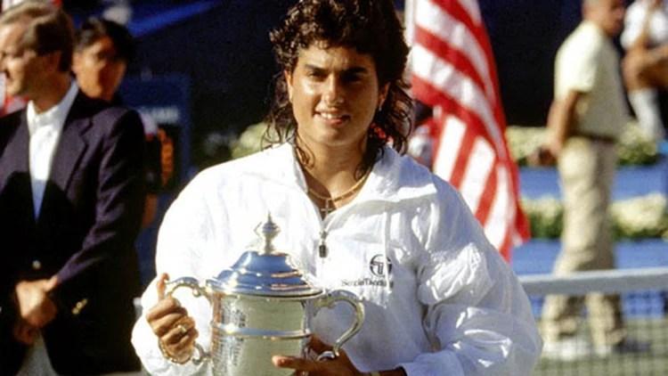 Gabriela Sabatini con el trofeo del US Open que ganó en 1990