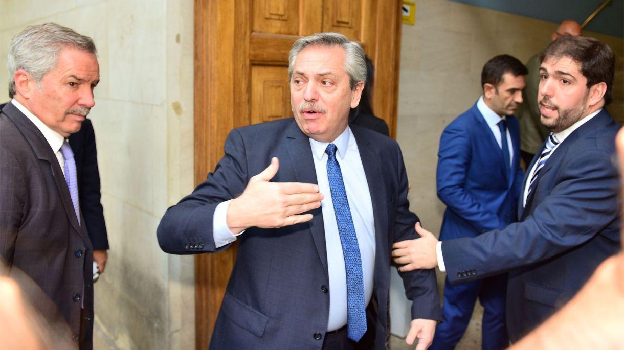 Alberto prometió hablar con la prensa al término de su charla. Cumplió a medias. En la foto, junto a Felipe Solá y Santiago Comadira, representante de la Universidad en Buenos Aires.