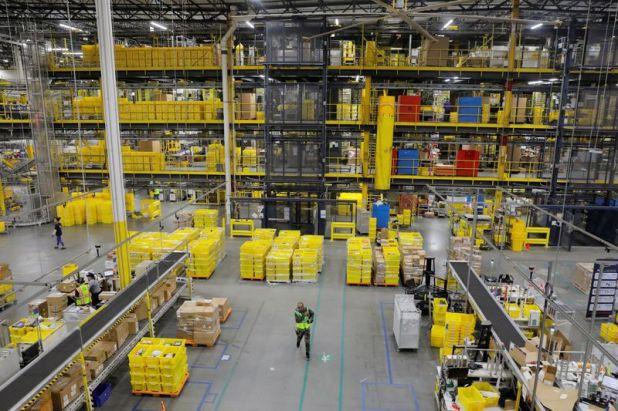Uno de los centros de almacenamiento de Amazon  REUTERS