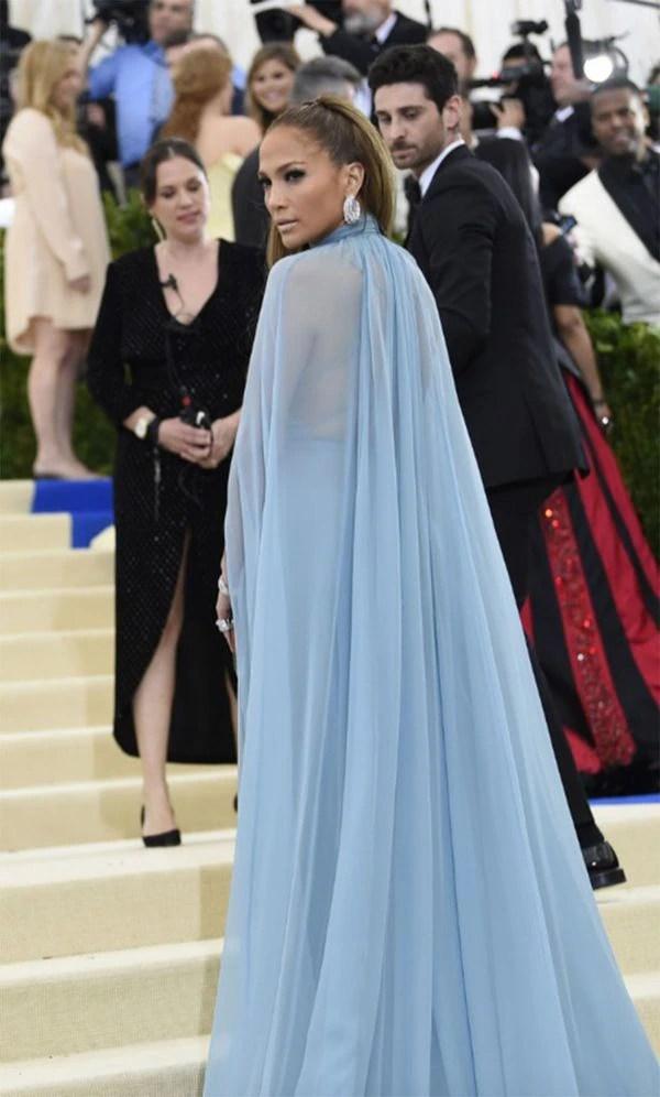 Jennifer López, enfundada en un diseño de Valentino, rompió con la tendencia de la noche y decidió no mostrar nada de piel