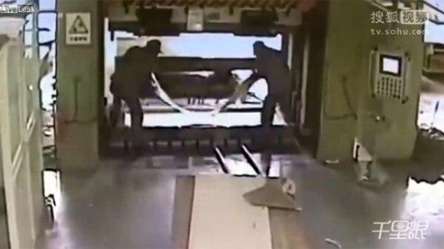 Así ponían la plancha en la prensa mecánica