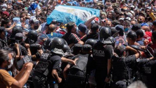 Se vivieron momentos de tensión y violencia en el último adiós a Maradona, con incidentes que incluyeron aglomeraciones, empujones, botellazos y hasta enfrentamientos cuerpo a cuerpo con la policía (Adrián Escandar)