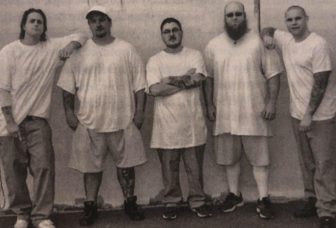 Cameron Douglas con otros reclusos en la cárcel de Cumberland. (Long Way Home)