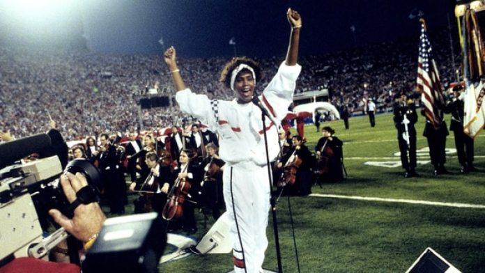 Whitney Houston, cantando el himno nacional estadounidense (AP)