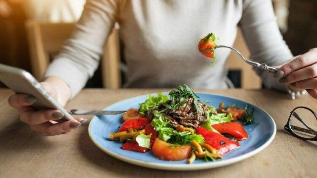 Conectarse con lo que se está comiendo, disfrutar del momento y hacerlo con paciencia es la premisa (Shutterstock)
