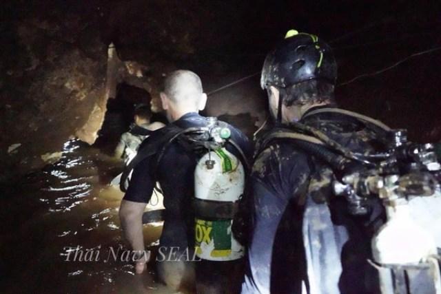 Los buzos durante las operaciones de rescate (Thai Navy Seals)