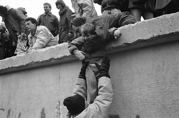 Alemanes orientales se suben al muro para celebrar la reunificación de Alemania, en diciembre de (Getty Images)