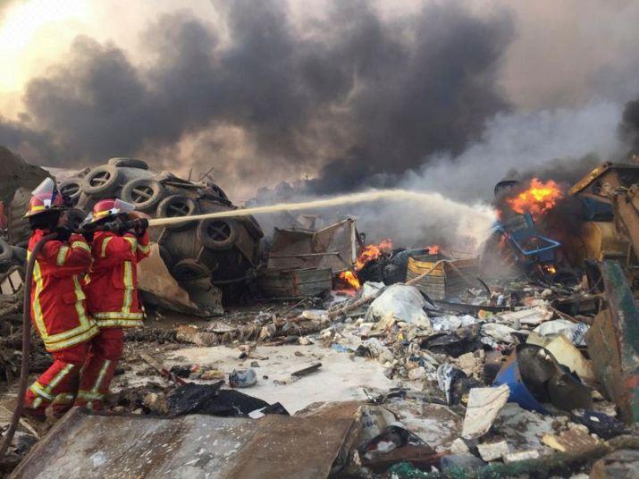 Foto del martes de bomberos trabajando tras una explosión en Beirut (REUTERS/Mohamed Azakir)