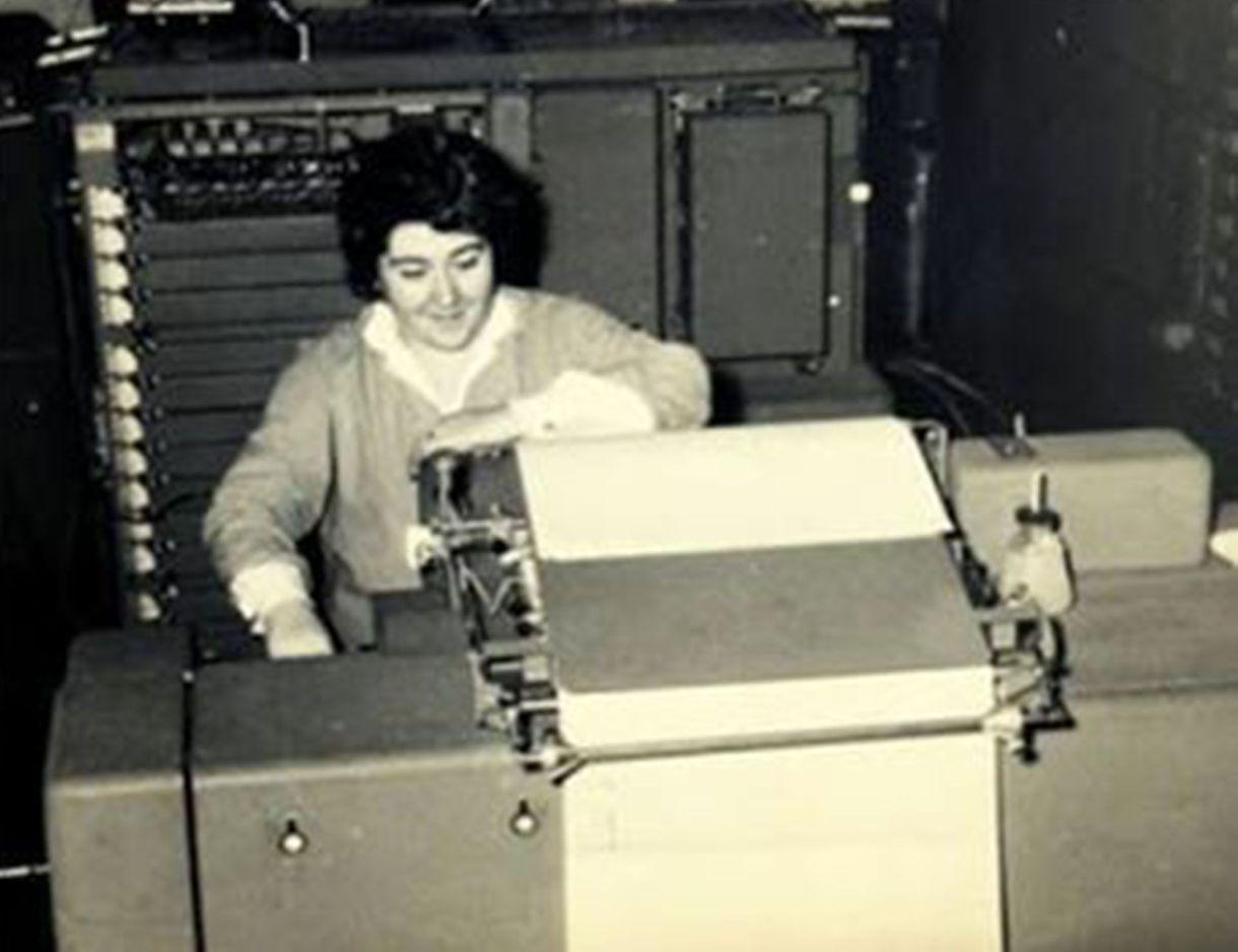Berdichevski junto a la computadora Clementina.