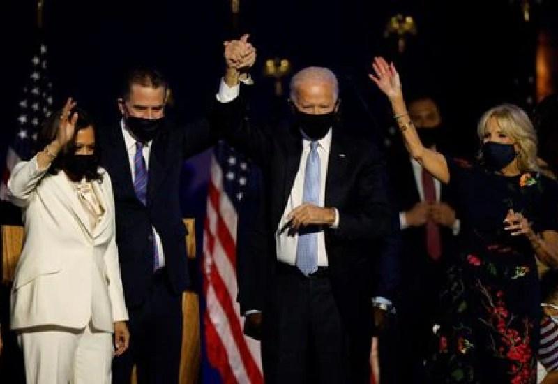 El candidato presidencial demócrata para el año 2020, Joe Biden, su esposa Jill, su hijo Hunter Biden y la candidata a la vicepresidencia Kamala Harris celebran su victoria en un acto, después de que los medios de comunicación anunciaran que Biden ha ganado las elecciones presidenciales de Estados Unidos para el año 2020 frente al presidente Donald Trump, en Wilmington, Delaware, Estados Unidos, 7 de noviembre de 2020.  REUTERS/Jim Bourg
