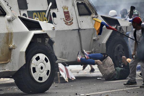 Una tanqueta de la Guardia Nacional Bolivariana atropella a un manifestante