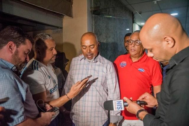 Leo Ortiz (centro), padre de David Ortiz, informa a la prensa acerca del estado de su hijo tras el atentado que sufrió en Santo Domingo el 9 de junio del 2019. (AP Photo / Ricardo Hernández)