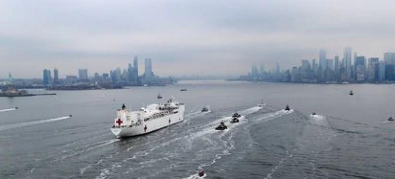 The USNS Comfort enters the Manhattan Pier.  Photo: REUTERS / Mike Segar
