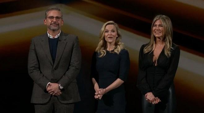 """Steve Carell, Reese Witherspoon y Jennifer Aniston en el escenario durante el anuncio del programa """"Morning Show""""."""