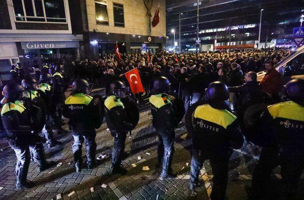 La policía holandesa intenta dispersar a los manifestantes pro turcos. (REUTERS)