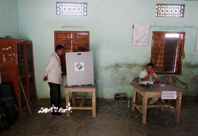 Un hombre vota en un centro de votación en Majuli (REUTERS/Adnan Abidi)