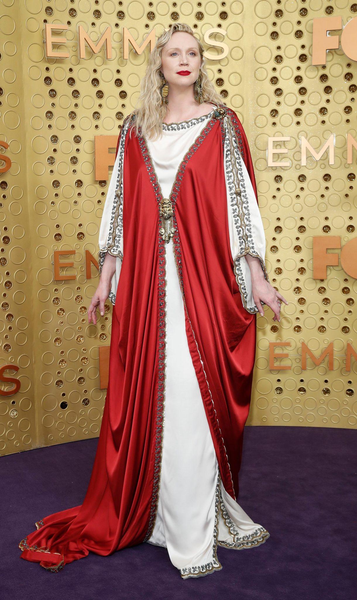 Uno de los looks más llamativos de la alfombra violeta fue el de Gwendoline Christie que lució una túnica roja y blanca con detalles de bordado en dorado