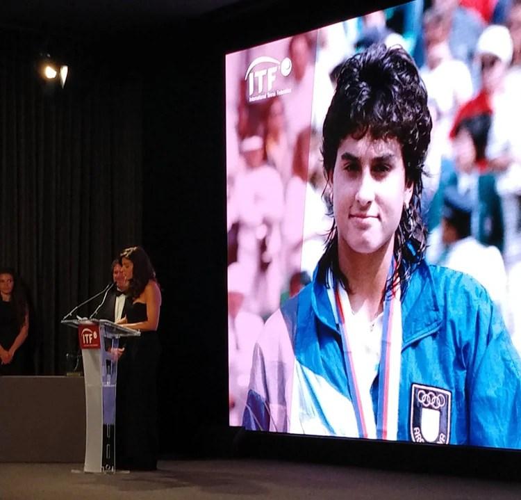 """""""El tenis me dio alas"""", dijo la leyenda argentina luego de recibir el premio de ITF (@QuiqueCano)"""