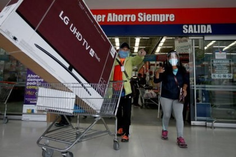Shoppers wearing a mask leave a store after buying a television for a day without sales tax, amid the coronavirus outbreak, in Bogotá, Colombia, June 19, 2020. REUTERS / Luisa Gonzalez