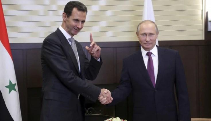 Vladimir Putin junto al dictador sirio Bashar al-Assad en Sochi, Rusia en noviembre de 2017 (Reuters)
