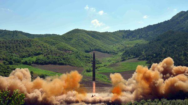 Un misil balístico norcoreano durante un lanzamiento de prueba (Reuters/KCNA)