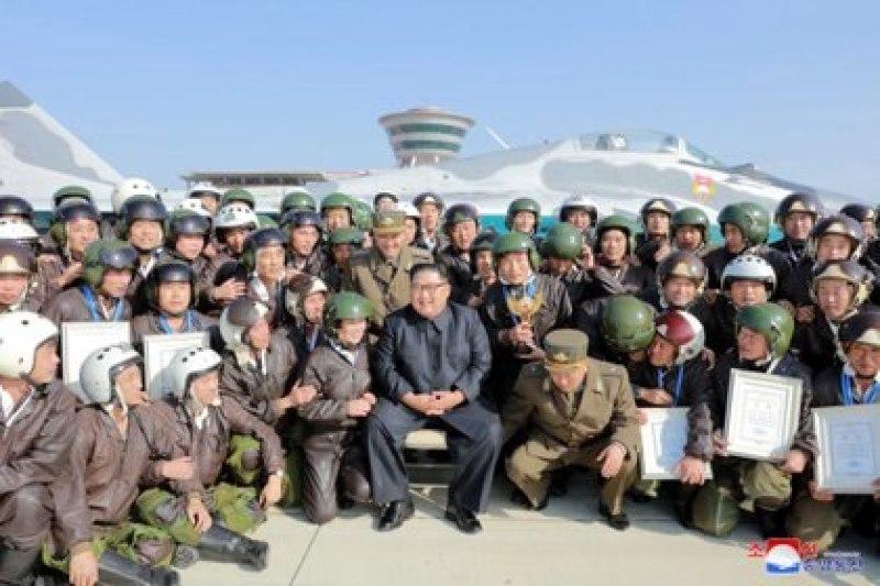 El líder norcoreano, Kim Jong Un, asiste al 'Concurso de vuelo de combate-2019' de la Fuerza Aérea y Antiaérea del Ejército Popular de Corea en el aeropuerto Wonsan Kalma, en esta imagen sin fecha publicada por la Agencia Central de Noticias de Corea del Norte (KCNA) el 15 de noviembre de 2019. (KCNA vía REUTERS)