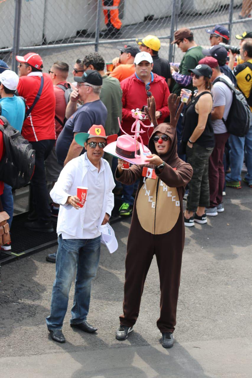Aficionados llevan consigo a la Pantera Rosa en alusión al auto del mexicano (Foto: Martín Avilés)