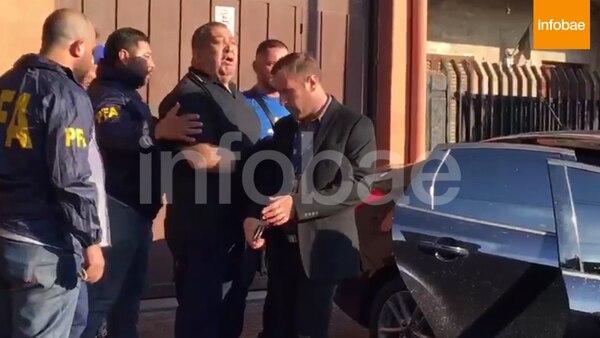 Esposado, efectivos de la Policía Federal trasladaron a Luis D'Elía desde su domicilio