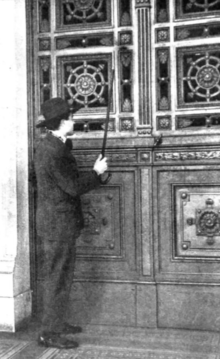 Tenía 26 años cuando, como una broma, estudiantes y algunos profesores de la Facultad de Medicina de Córdoba lanzaron para las elecciones de 1921, el partido Bromo Sódico Independiente, y no tuvieron mejor idea que postular a Badessich como candidato a diputado provincial (Caras y Caretas)