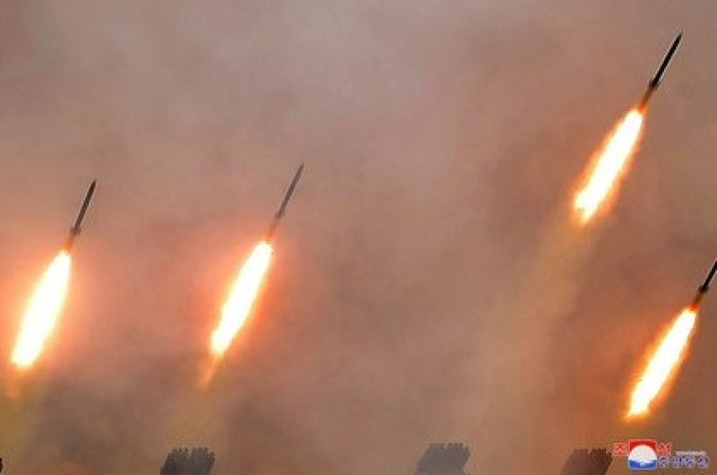 Misiles lanzados durante un simulacro de subunidades de artillería de largo alcance del Ejército Popular de Corea, en Corea del Norte, en esta imagen publicada por la Agencia Central de Noticias de Corea del Norte (KCNA) el 2 de marzo de 2020. (KCNA/ REUTERS)