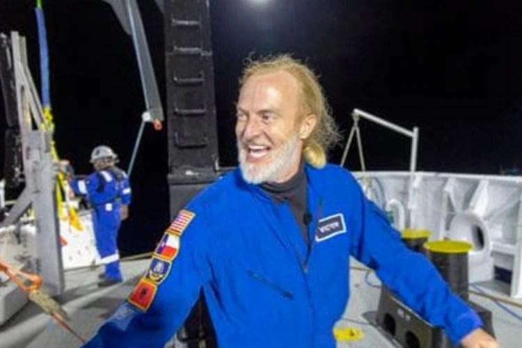 Víctor Vescovo emerge de su sumergible, Limiting Factor, después de una exitosa inmersión hasta el punto más profundo conocido de la Fosa de las Marianas. (Foto: Tamara Stubbs/Producciones Atlánticas para Discovery Channel/AP).