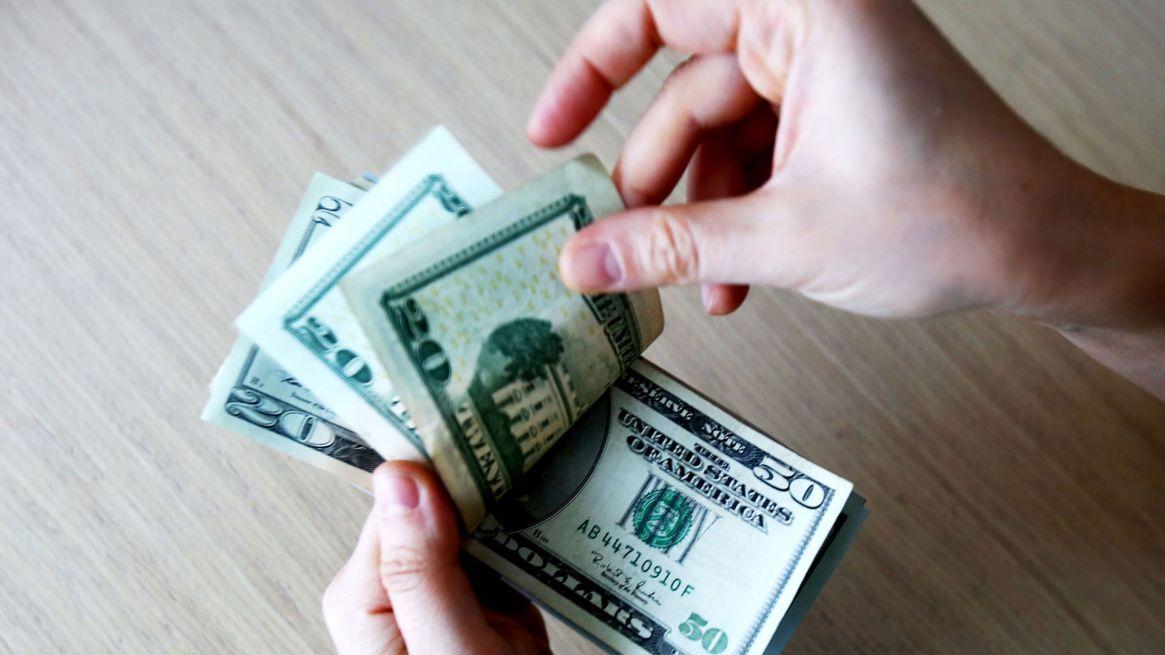 Avance del dólar eldía después de las nuevas medidas de control (Shutterstock)