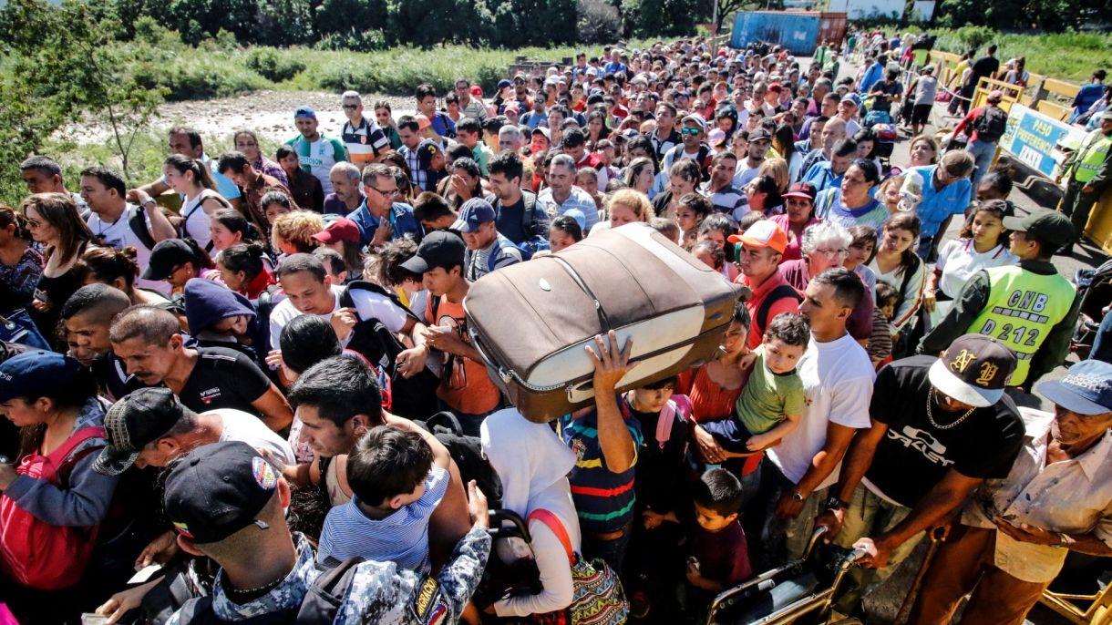 Miles de venezolanos huyen a diario de su país y entran por Colombia.
