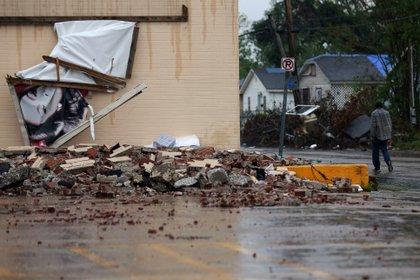 Un hombre pasa por delante de un edificio, dañado por el huracán Laura, al acercarse el huracán Delta en Lake Charles, Louisiana, el 9 de octubre de 2020.  REUTERS/Jonathan Bachman