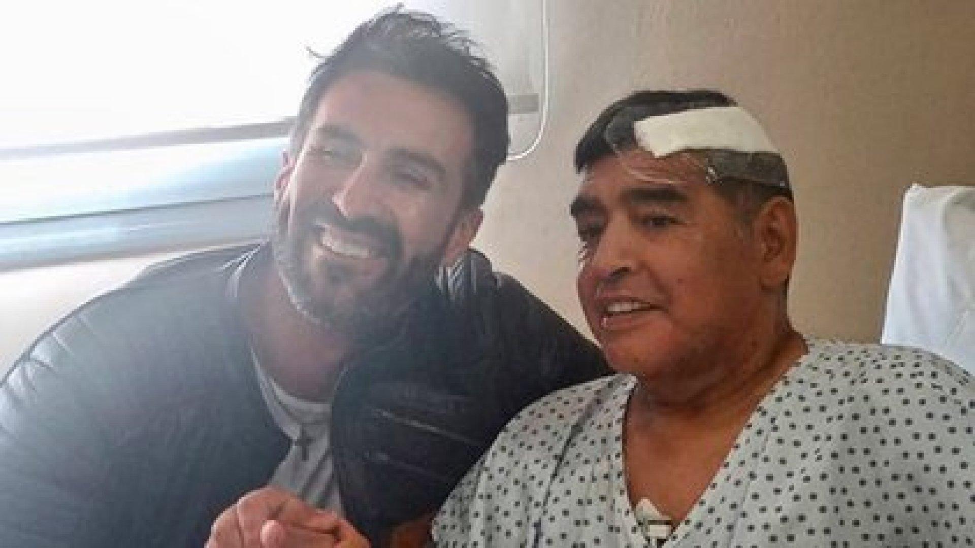 Diego y el doctor Leopoldo Luque, en una de las últimas imágenes del astro con vida, tras ser operado de un hematoma subdural