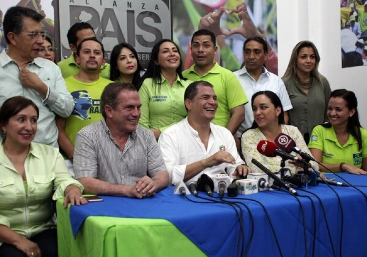 El ex presidente Correa durante la rueda de prensa en al sede de Alianza País. (REUTERS/Daniel Tapia)