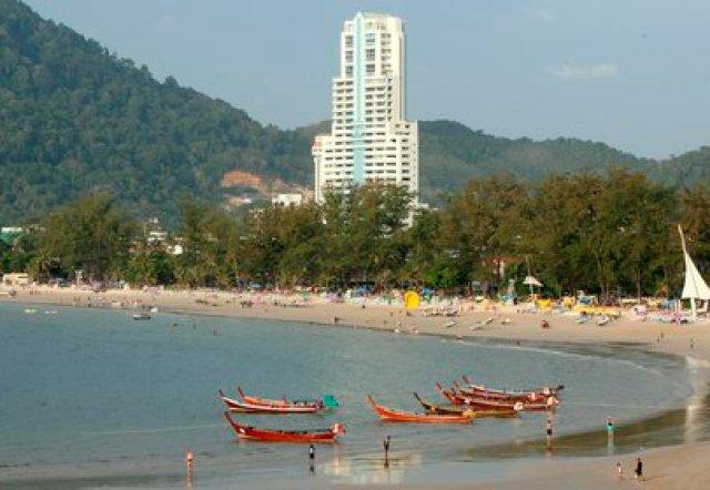 Vista de un hotel de lujo en la playa Patong, en la Isla Phuket (Tailandia). EFE/RUNGROJ YONGRIT/Archivo