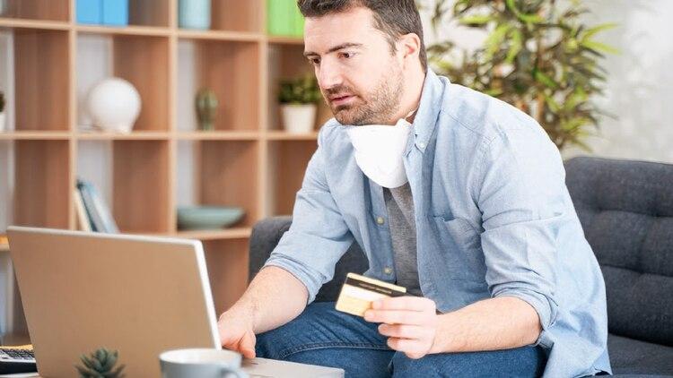 Hasta la cancelación total del préstamo, no se podrán hacer adelantos en efectivo ni comprar dólares por ninguna vía (Foto: Cortesía/Coru.com)