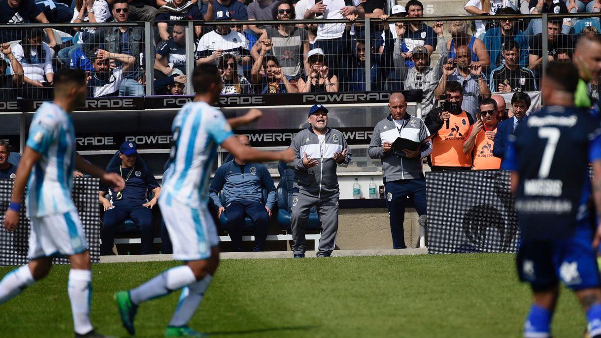 Maradona de pie, pidiendo acción a sus jugadores. (Foto Baires)
