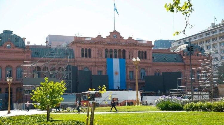 Las reja de la Plaza de Mayo fueron quitadas y por esa explanada llegará Alberto Fernández luego de la jura (Thomas Khazki)