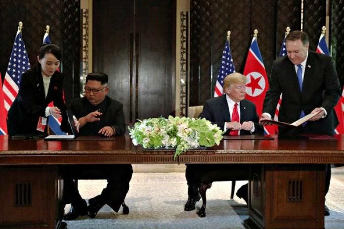 Kim Jong-un y Donald Trump durante la firma de los acuerdos.(REUTERS/Jonathan Ernst)